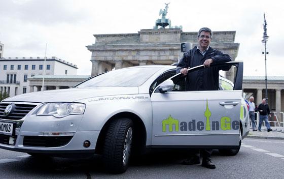 El mexicano Raúl Rojas, nombrado mejor académico de Alemania, con su prototipo MIG.