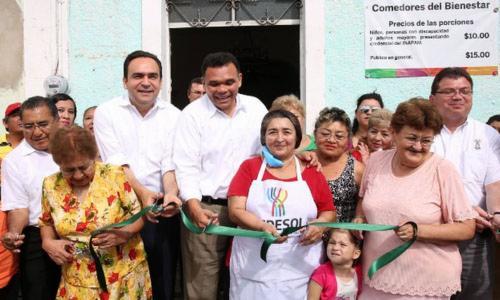 Rolando Zapata Bello inaugura con adultos mayores el comedor número 20 Foto: Especial