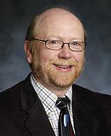 El Doctor Alan Gow.