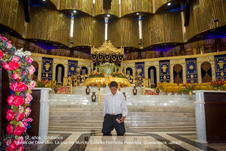 """Los invito el próximo 12 de febrero a la inauguración de la Exposición en el Museo de Memoria y Tolerancia donde podrán saber que: """"Dios es un señor que vive en el cielo y nos ve desde su televisión."""" """"Al entrar a la iglesia se siente bonito, pero sudas mucho."""" Que para Nayiba, de la Comunidad Musulmana de San Cristobal de las Casas, en la colonia Palestina, su sueño es ir a Medina y ser maestra de corán. Para Erik, de la comunidad judía, el coche es el mejor lugar para platicar con Dios, sólo abre la ventana y platica con Él de muchas cosas. Los esperamos."""