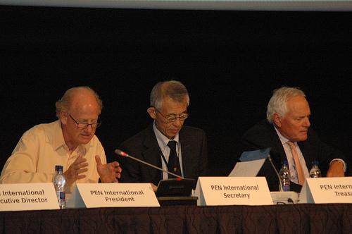 Hori Takeaki (centro), secretario internacional de PEN