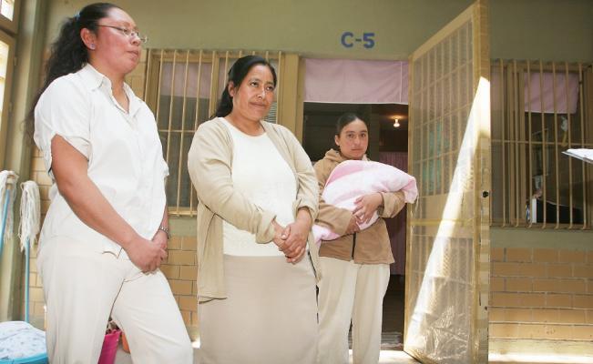 Tardío perdón por la salvajada de incriminar a tres mujeres indígenas